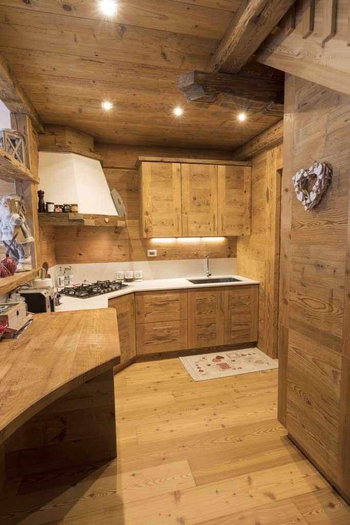 Mobili in legno su misura per arredare case in montagna