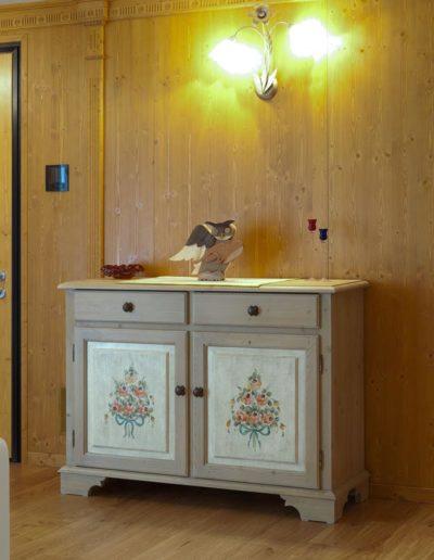 mobiletto in legno decorato a mano