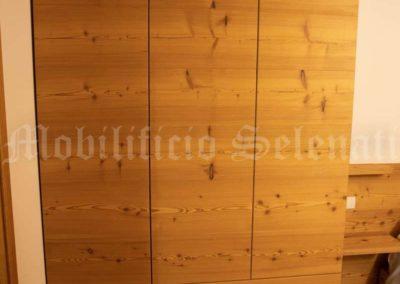 Armadio in legno di abete spazzolato